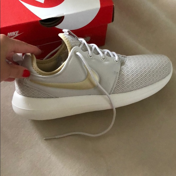 cd9b4486c4f7b NEW w tags Nike Women s roshe two sneakers 8.5